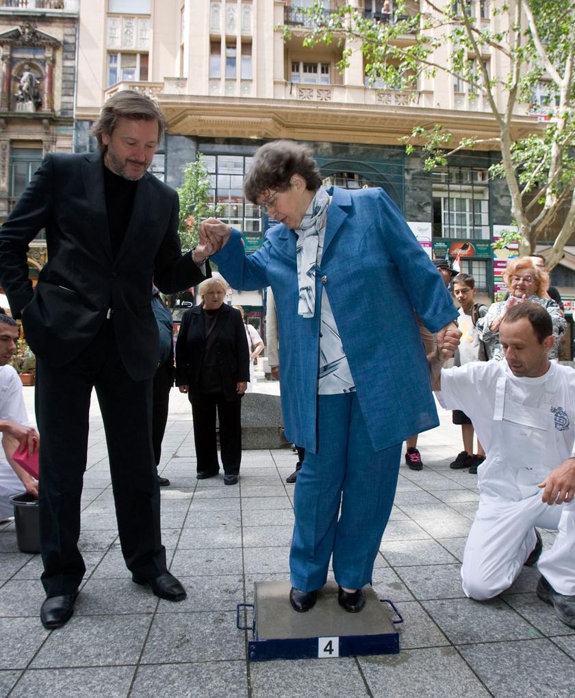 A Halhatatlanok Társulatának tagjai közé 2010 júniusában választották be. Gálffi László segíti, a háttérben Pogány Judit és Lorán Lenke látható.