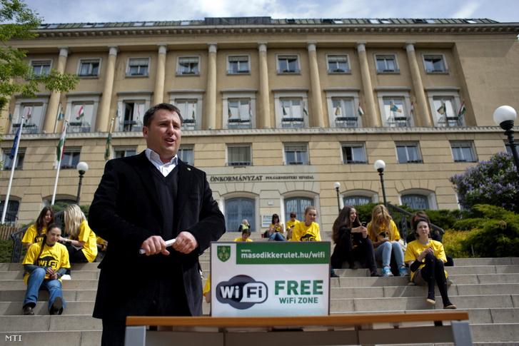 Láng Zsolt, a II. kerület polgármestere beszél az önkormányzat épülete előtt, a Mechwart ligetben a kerületi közterületi wifi szolgáltatás elindításáról 2012. április 25-én.