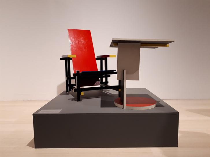 Bauhaus stílusú asztal a Kieselbach Galéria közvetítésével a Ludwig Múzeum kiállításán