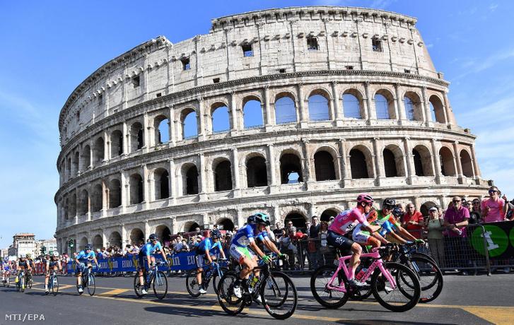 Az összetettben vezető és rózsaszín mezt viselő Chris Froome a Sky csapat brit versenyzője (j2) a római Colosseum előtt a Giro d'Italia olasz országúti kerékpáros körverseny utolsó 21. szakaszán 2018. május 27-én.