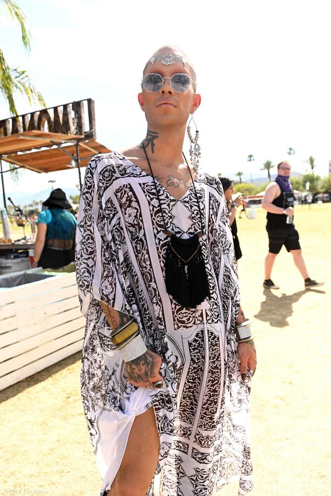 A képen látható fesztiválozó egy strandruhát és úgynevezett fesztivál ékszereket aggatta magára