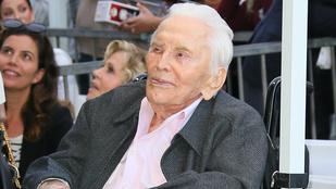 A 102 éves Kirk Douglas sátrazott egyet a hétvégén