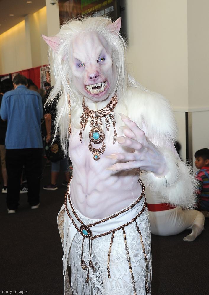 Egy albínó szörny, akinek nagyon jó a fogorvosa.