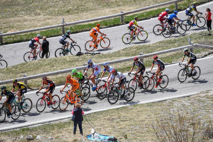 A 100. Giro d'Italia olasz országúti kerékpáros körverseny mezőnye a verseny 18. Moena és Ortisei közötti 139 kilométeres hegyi befutóján a Pordoi emelkedőn Valparola közelében 2017. május 25-én.