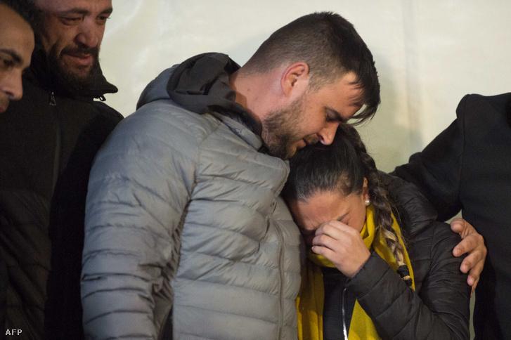 José Rosello (b) és Vicky Garcia a dél-spanyolországi Totalán település közelében kútba zuhant kétéves spanyol kisfiú, Julen Rosello szülei a gyermekükért tartott virrasztáson Totalánban 2019. január 25-én.