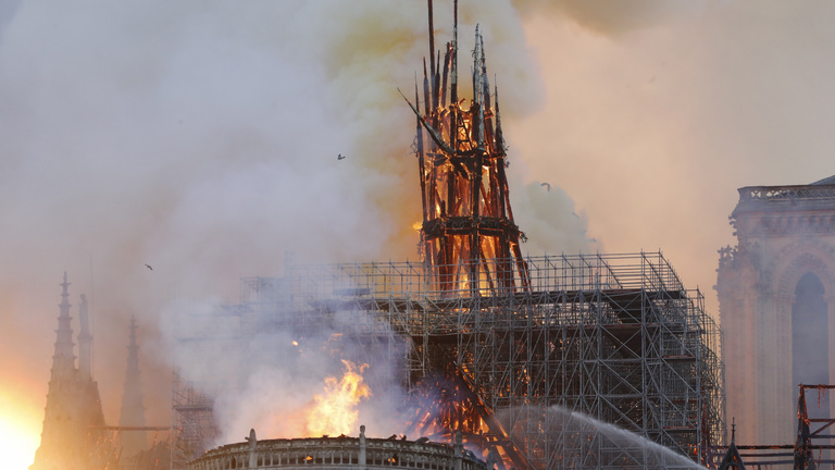 Miért mosolygott az égő Notre-Dame-nál két arab férfi?