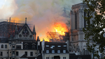 Sikerült megmenteni a Notre-Dame főszerkezetét, de a tető kétharmada leégett