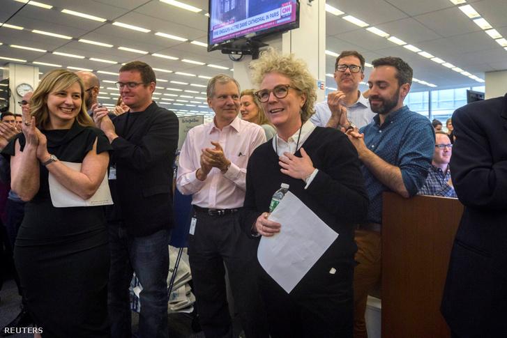 Susanne Craig a The New York Times újságírója munkatársaival 2019. április 15-én