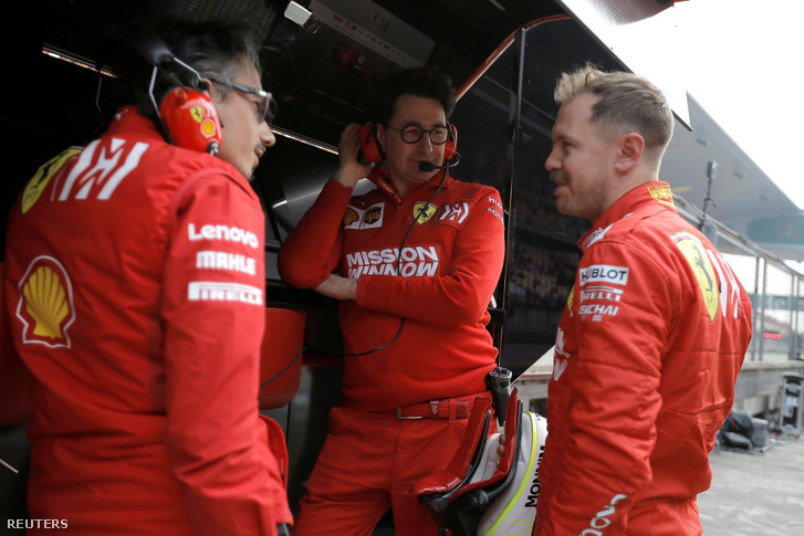 Laurent Mekies Ferrari-menedzser, Binotto csapatfőnök és Vettel Kínában