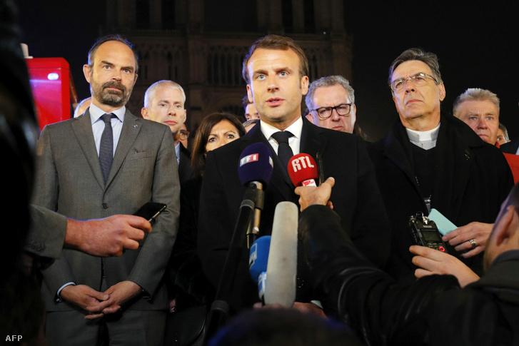 Emmanuel Macron miniszterelnök (k), Anne Hidalgo Párizs polgármestere, (j3), Edouard Philippe kulturális miniszter (j2) és, Michel Aupetit párizsi érsek (b2)