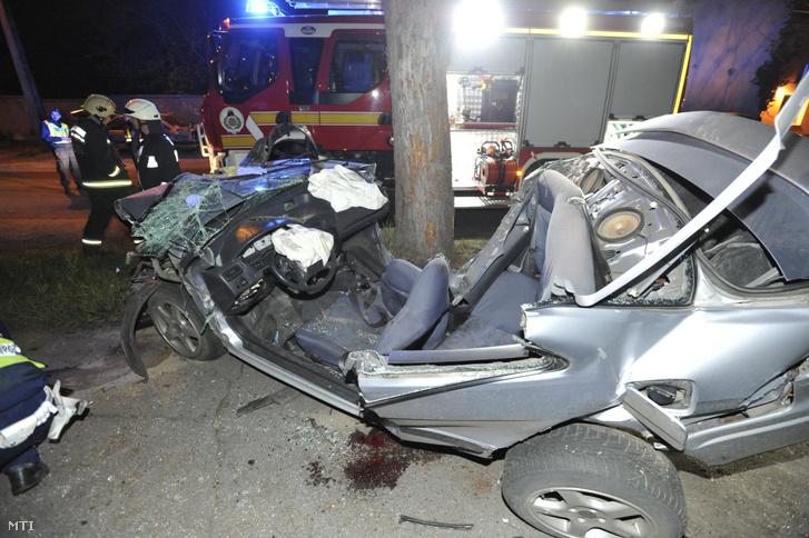 Fának ütközött összetört személygépkocsi a XIII. kerületben 2019. április 16-án.