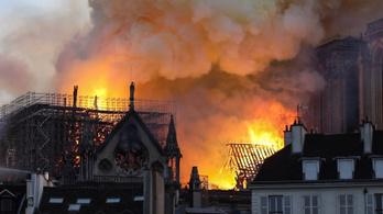 Videón a Notre-Dame lángjai
