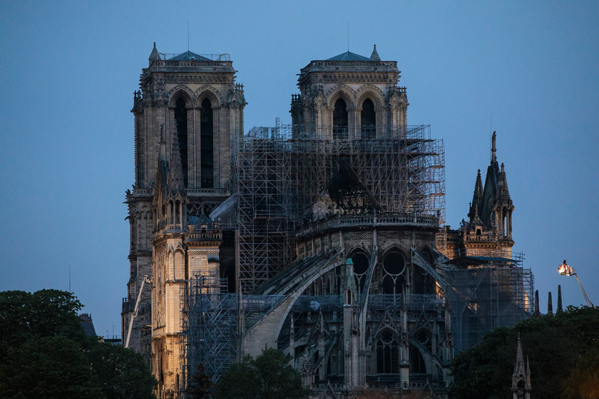 Több órányi küzdelem után így nézett ki a Notre Dame épülete ma a kora reggeli órákban.