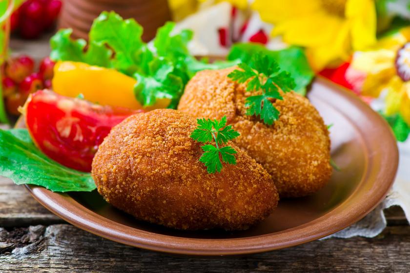 Omlós, fűszeres csirkecombfilé töltve és rántva: a sajtos töltelék isteni