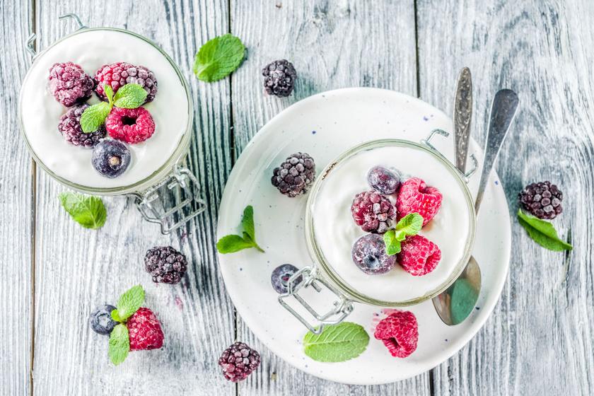 A bogyós gyümölcsös ricottakrémmel büntetlen örömök elé nézhetsz: 50 gramm ricottát keverj össze 75 gramm bogyós gyümölccsel, egy csipet reszelt citromhéjjal és negyed teáskanál vaníliaaromával.