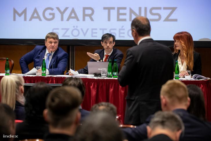 """A következő programpontnál egy másik ellenzéki, Markovics László Vasas-elnök szólalt föl, hogy legyen transzparens a közgyűlés, a levezetők kérdezzék meg, hogy van-e jelölt a szavazatszámláló bizottság.  """"Ezért nem értünk szót mostanában, mert kicsit elbeszélünk egymás mellett. Annyit kértem ,hogy az Emmi és a MOB képviselői bekerülhessenek a szavazatszámláló bizottságba."""""""