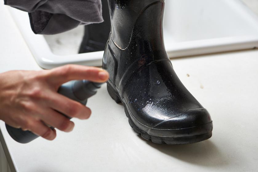 A beázást megelőzheted, ha hajlakkot fújsz a műbőr csizmára. Ez vízálló és kosztaszító réteget képez majd rajta, ráadásul szépen kifényesíti. Ez a trükk bármilyen cipő esetén alkalmazható.
