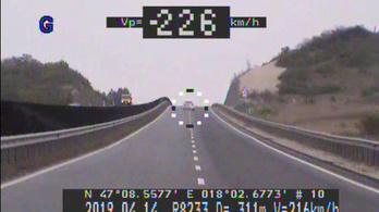 110 km/h helyett 226-tal száguldozott a 8-as úton, jogsi nélkül