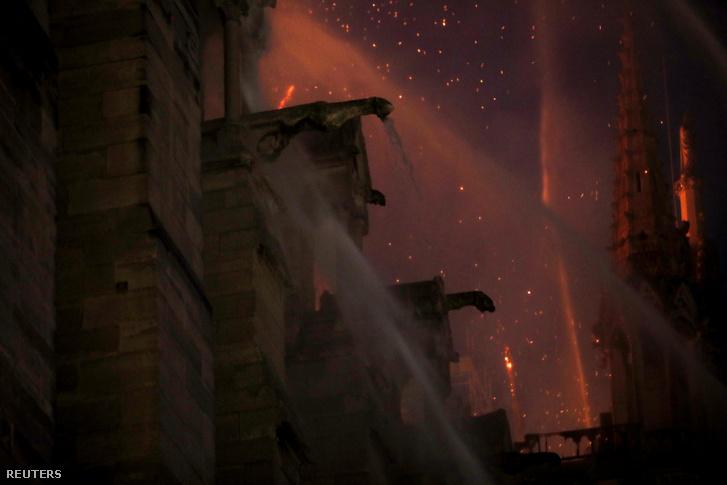 Notre-Dame vízköpői oltás közben 2019. április 16-án