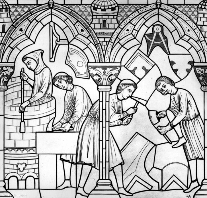 Kőfaragók dolgoznak a Notre-Dame egyik 13. századi ólomüvegén.