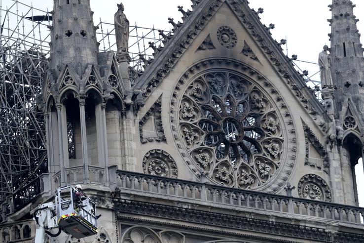 Kiégett ablak a Notre-Dame rózsaablakai felett