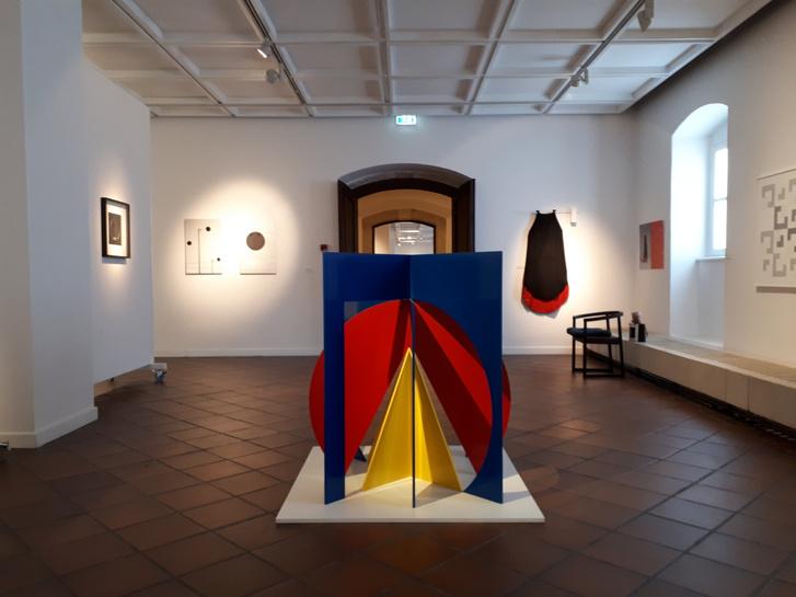 A kiállítás néhány darabja közvetlenül utal a Bauhausra