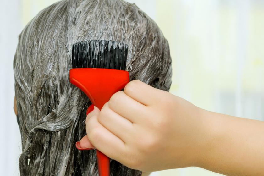 Sötétbarnából akart szőke hajat festeni otthon - Durván tönkrement a haja a házi világosítástól