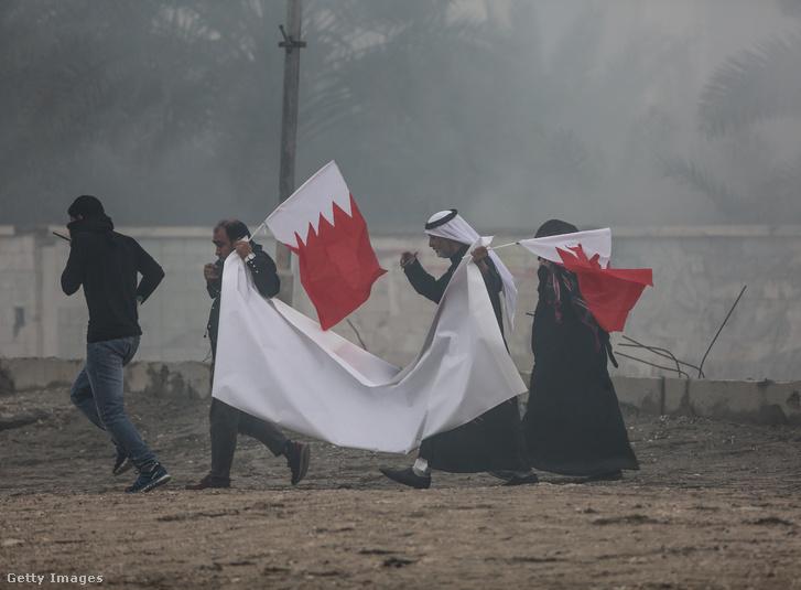 Tüntetők mentek az utcára Sanabisban, Bahreinben, miután a politikai fogoly Mohamed Sehwan meghalt a börtönben 2017. március 17-én