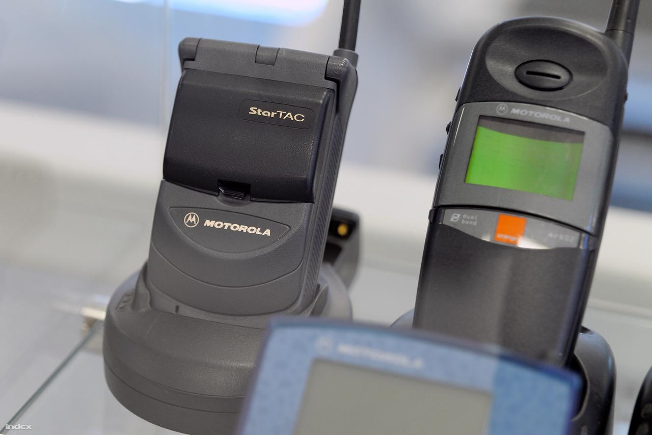 """Motorola Star Tac 1998-ból, az első szétnyitható (avagy kagylóhéj-, avagy flip-)  telefon, a félig nyitható telefonok utódja, és a világhírű RAZR elődje. (""""Ezekbe a telefonokba még normál méretű SIM-kártyát kellett behelyezni, azaz a teljes bankkártya méretű műanyag lapot, amiből ma már csak kipattintjuk a porszemnyi nanoSIM-et"""" – Tóth Balázs.)"""
