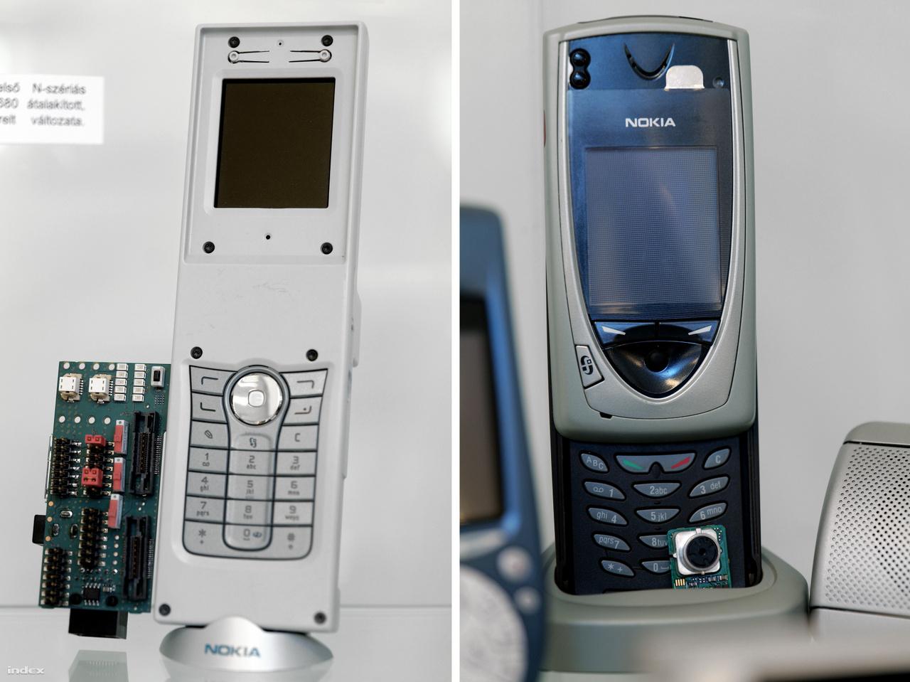 """Balra: Nokia N90 prototípus, a finn gyártó egyik első okostelefonjának fejlesztői változata 2005-ből. A festetlen műanyag burkolat funkciója mindössze annyi, hogy egyben tartsa a telefont, így sem SIM kártyát behelyezni, sem összecsukni nem lehet. Az oldalán kilógó áramköri lapon a                         programozáshoz szükséges csatlakozók találhatók. A készülék a kiállítás társrendezője,                         Csernák Márton magángyűjteményéből származik. Jobbra a 2002-es Nokia 7650, az első színes Nokia telefonok egyike. Ez már 6.1-es Symbian operációs rendszerrel működött, volt beépített kamerája és a menüben joystickkel lehetett lépkedni. """"Nekünk csak Zutyufon. Az Index legendás tényfeltáró riporterének, Bogád Zoltánnak ilyen telefonja volt sokáig – rengeteg mobilos fotót és tudósítást köszönhettünk Zutyunak és akkor bámulatosan hipermodern hatást keltő telefonjának"""" – Nagy Attila Károly.)"""