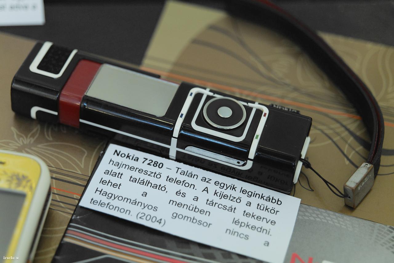"""A finn gyártó fénykorában élen járt a telefondizájnban. Ez itt az egyik legextrémebb készülékük, a Nokia 7280, 2004-ből. (""""Hátborzongató belegondolni, hogy a tükörrel és tárcsával felszerelt rúzstelefon után csak 3 év telt el az első iPhone megjelenéséig"""" – Tóth Balázs.)"""