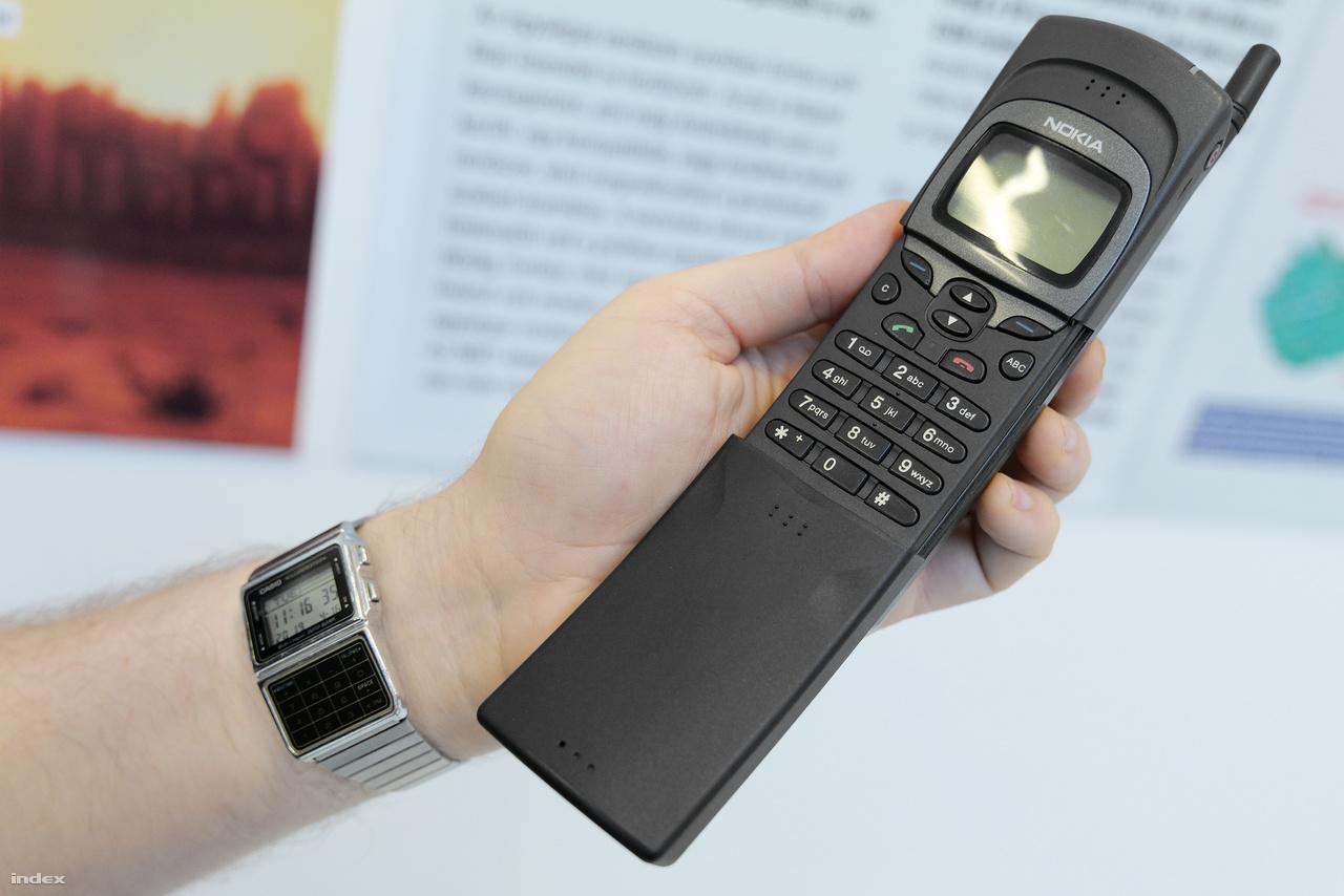 Amit MINDENKI akart a Mátrix című kultfilm megjelenése után: az 1996-os Nokia 8110, amilyet a film elején Neo kap Morpheustól, hogy kiszabadulhasson a mátrixból. Ahogy a 3310-esből, ebből is készült 2018-ban egy 4G-képes retró okostelefon.