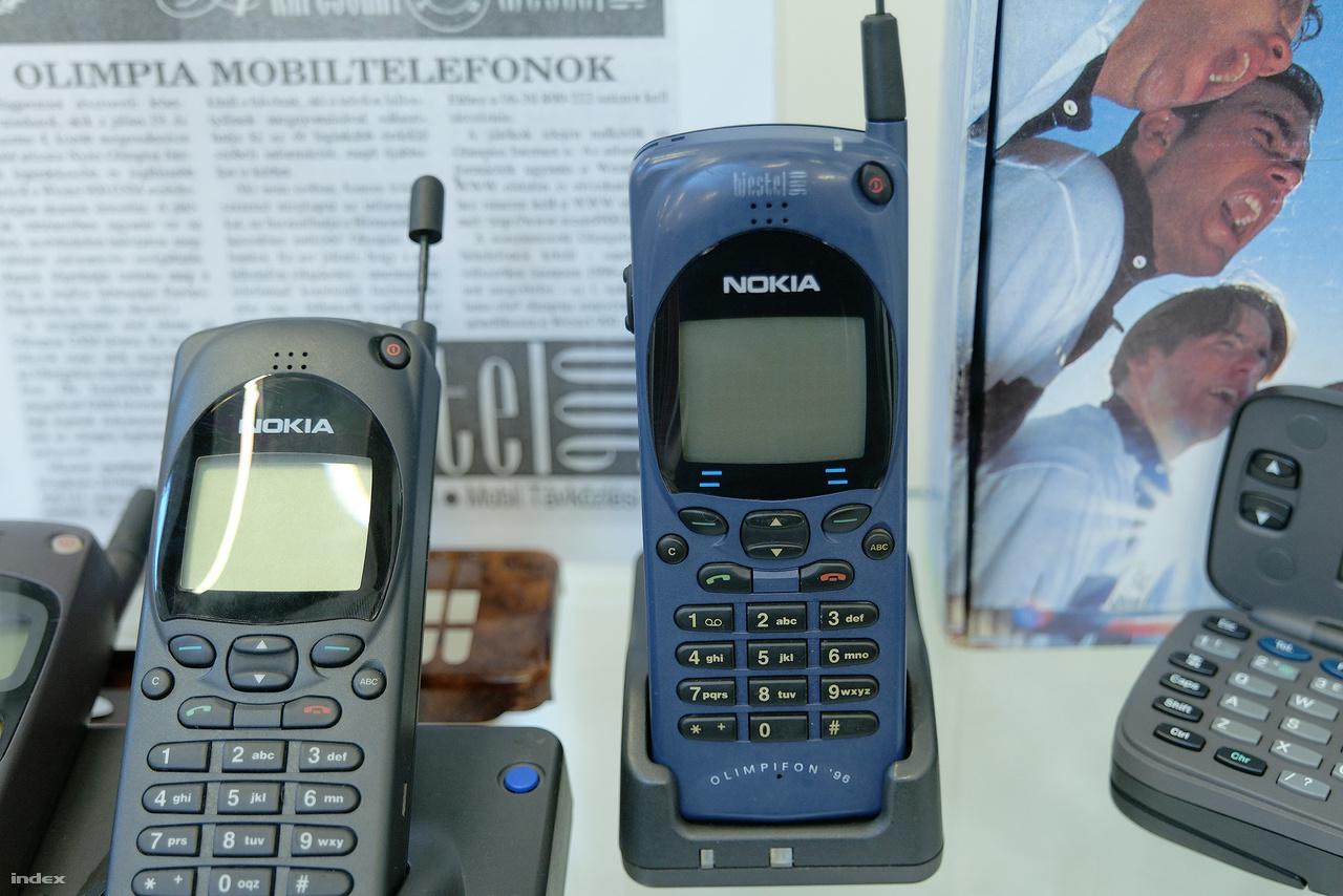 """Nokia 2110i """"Olimpifon"""" a Westel 900 1995-1996-ban forgalmazott mobiltelefonja. Az előfizetői csomag igazi 90-es évekbeli különlegességet is tartalmazott: az SMS-ben küldött olimpiai sporthíradót, amit a cég atlantai munkatársai írtak, szerkesztettek és továbbítottak a budapesti központba, ahonnan előfizetők ezrei kapták meg telefonjaikra. A Westel 900 olimpifonos előfizetői ilyen SMS-ből értesülhettek elsők között például arról, hogy Egerszegi Krisztina harmadszor is megvédte olimpiai bajnoki címét 200 méteres hátúszásban. A XXVI. nyári olimpián a magyar csapat amúgy 7 aranyat 4 ezüstöt és 10 bronzérmet nyert, a 21 éremmel 12. helyezett lett az összesített éremtáblán."""
