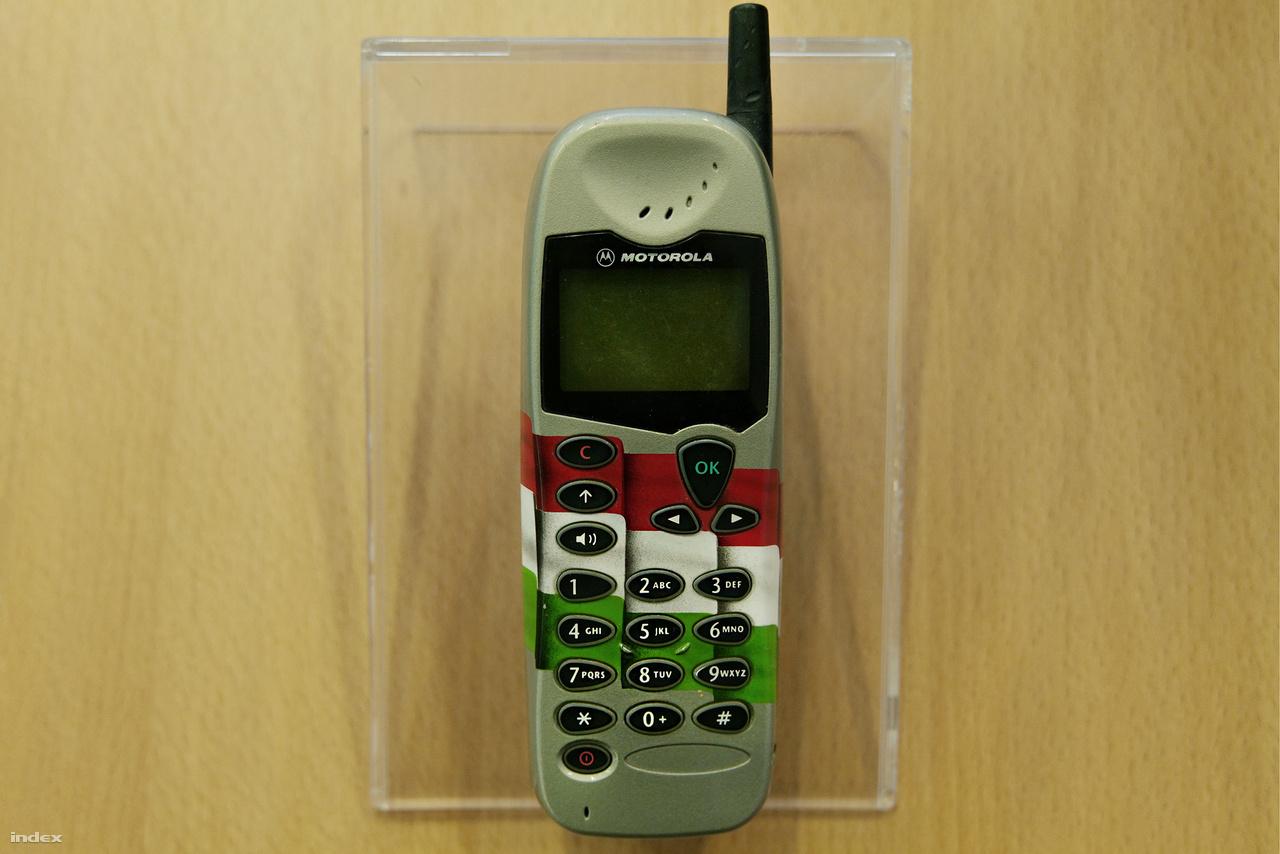 Motorola M3588 Prototípus – az első Magyarországon legyártott Motorola M3588, GSM 900/1800 MHz-es telefon (1999). Az amerikai vállalat megrendelésére a Flextronics International zalaegerszegi ipari parkjában, és a kifejezetten e célra hazánkba települt JIT Electronics budapesti telephelyén kezdődött meg a Motorola telefonok gyártása.