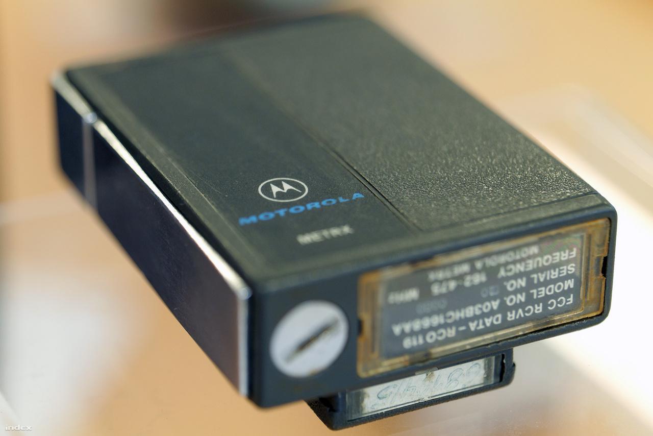 A kiállítás legöregebb darabja, egy Motorola METRX személyhívó az 1970-es évekből. Ezen még se kijelző, se gombok, a készülék csupán egy csippantással jelezte, hogy tulajdonosa mihamarább hívjon fel egy előre megadott vonalas telefonszámot.