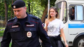 Őrizetbe vették a Pussy Riot egyik tagját, aki díjátadóra sietett volna