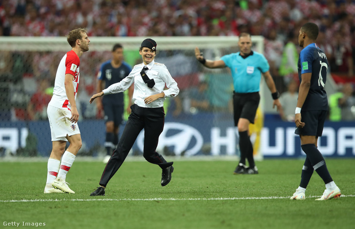 A Pussy Riot tagjai a 2018-as labdarúgó világbajnokság július 15-i moszkvai döntőjén rendőregyenruhában berohantak a pályára.