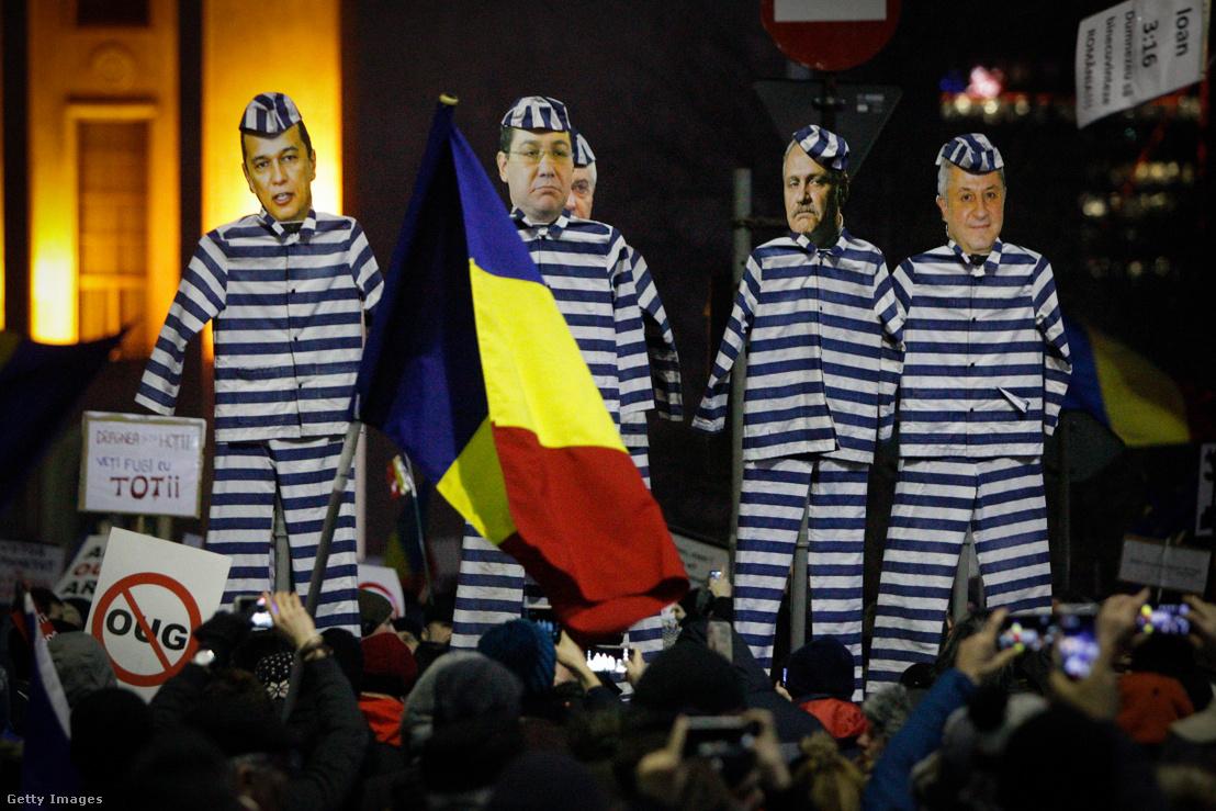 Korrupcióellenes tömegtüntetés Bukarestben a kormánnyal szemben 2017. február 3-án. A táblákon a kormánypárt tagjai láthatóak.