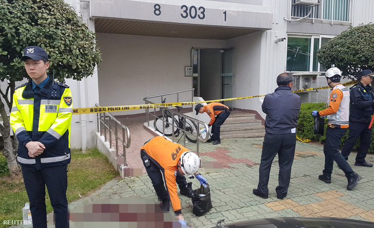Helyszínelők dolgoznak a férfi lakásánál Csincsu városban 2019. április 17-én