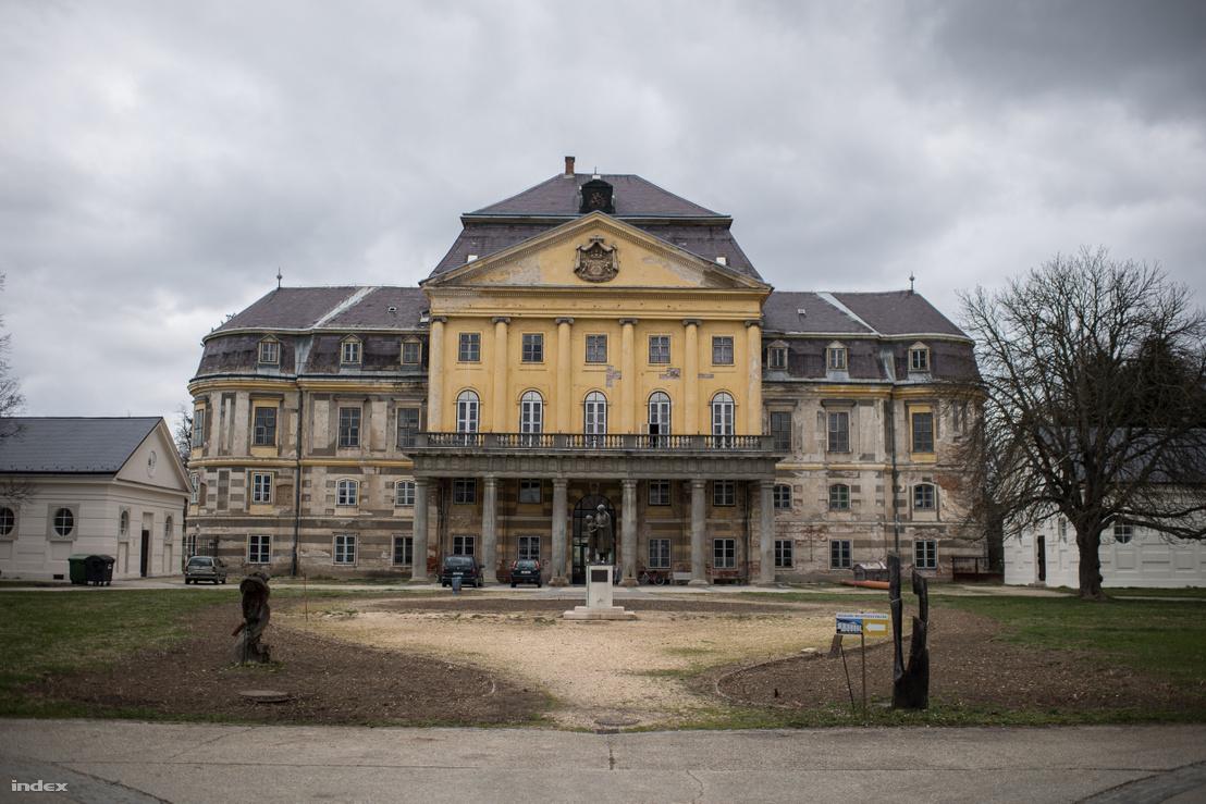 A kastély épülete