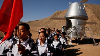 Tiniknek nyitottak Mars-bázist Kínában