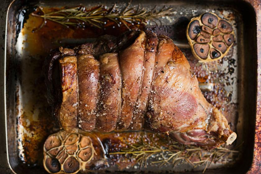 Omlós fokhagymás, rozmaringos báránysült: finom szaftos marad belül a hús