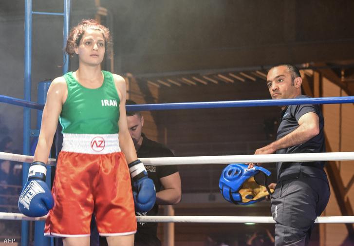 Szadaf Hadem, az első iráni női bokszoló a szorítóban, kívül a meccset szervező Majar Monsipúr