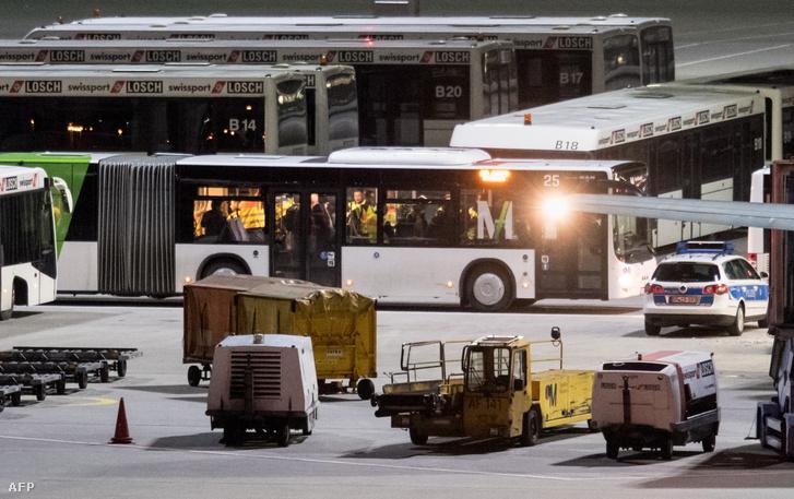 Kitoloncolásra váró afgán menekülteket szállítanak busszal a Müncheni repülőtérre 2017. február 22-én