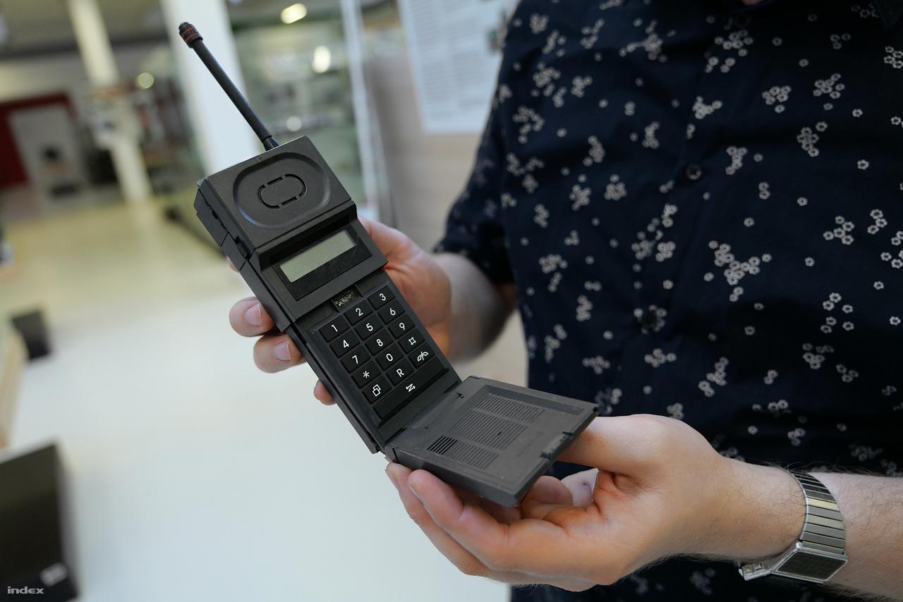 A rendkívül elnagyolt hatást keltő Dancall DCT 5000 mobiltelefon 1986-ból. Ezidőtájt hódítottak a félig szétnyitható készülékek, amiknek mikrofonrészét lecsapva lehetett hívásokat lebonyolítani.