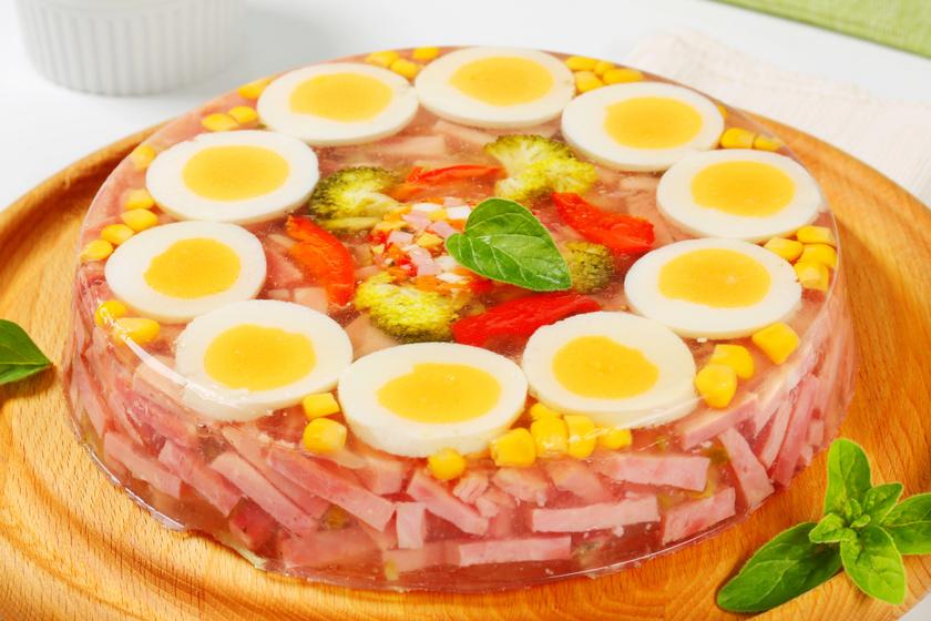 Színpompás húsvéti aszpik tojással és sonkával: régimódi húsvéti reggeli