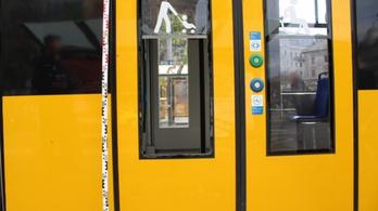 Kirúgta a 6-os villamos ablakát egy férfi a Nyugati téren