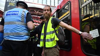 Vonathoz ragasztotta magát három aktivista Londonban