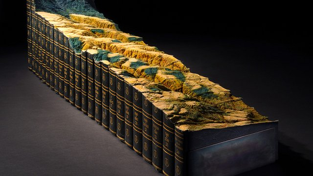 Könyvekből faragott tájképek