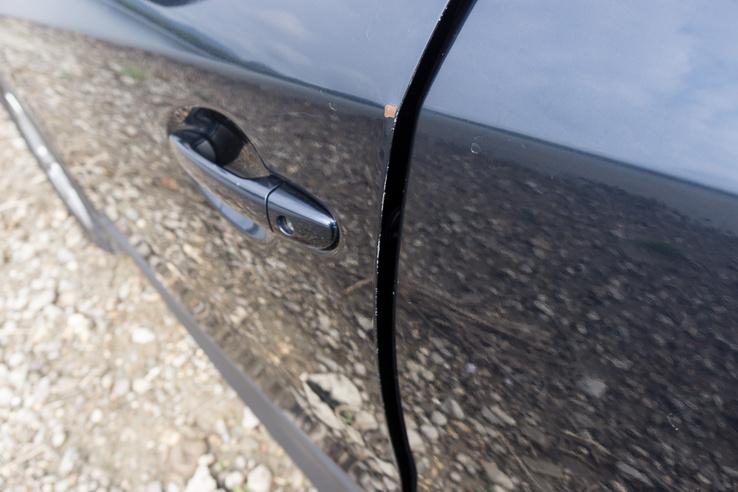 Sok az ilyen sérülés az autón, ott a kis rozsdapötty is